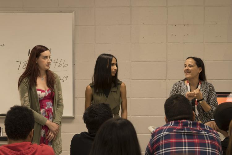La directora de María Vera orientando a estudiantes de nuevo ingreso.